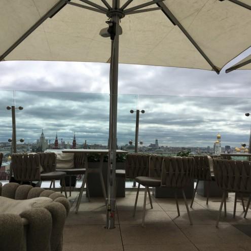 Монтаж системы туманообразования на зонтах веранды гостиницы The Ritz-Carlton
